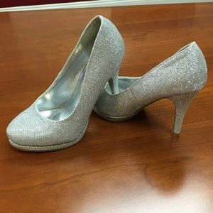 NWOB DELICACY 4 in heel in Silver